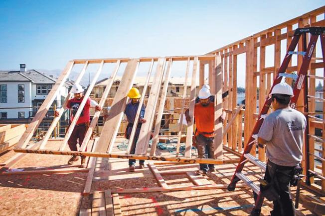 加州房地產降溫,量價齊跌。圖為密爾比達新連棟屋工程。(Getty Images)