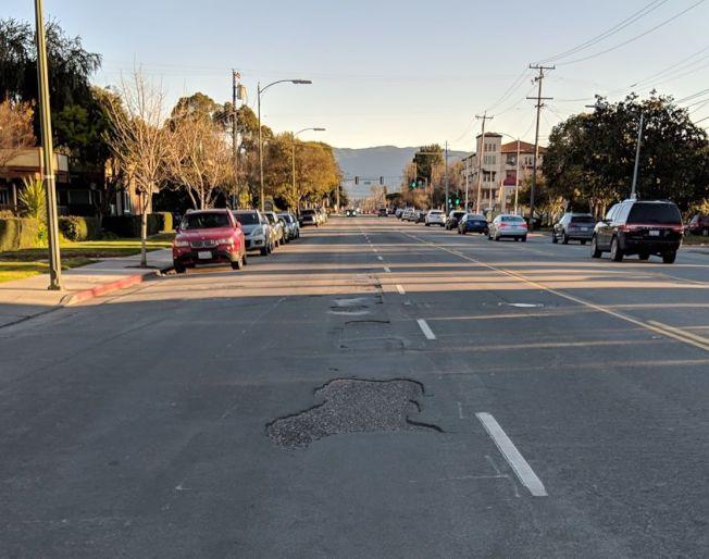 民眾抱怨Meridian Ave坑坑窪窪。(記者梁雨辰/攝影)