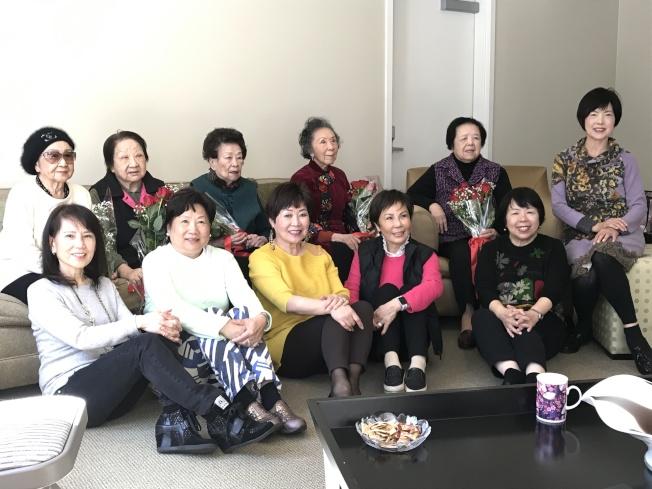 「女兒」們舉辦「老萊子午宴」,以歌舞表演、講笑話、切壽桃的活動,逗老人家開心。(圖:主辦人提供)