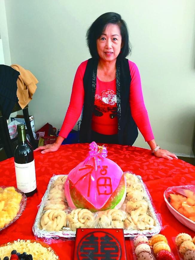 裘蕾蕾準備大型壽桃,讓老人家們開心。(圖:主辦人提供)