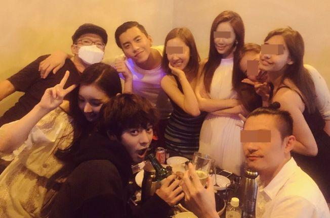 照片中可以看到王大陸(後排左二)和鄭俊英(前排左)交情不錯,還在聚會場外合照。(取材自微博)