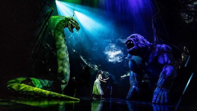 金剛與巨蛇的揪鬥,在舞台上非常逼真炫目。(主辦方提供)