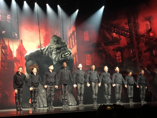 金剛操控團由十名舞者和肢體表演者組成。(記者張晨/攝影)