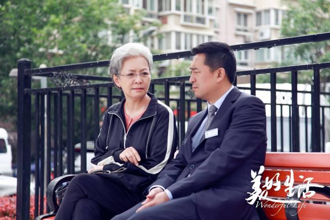 宋丹丹僅比張嘉譯大9歲,卻在電視劇《美好生活》中飾演後者的母親。(取材自豆瓣)