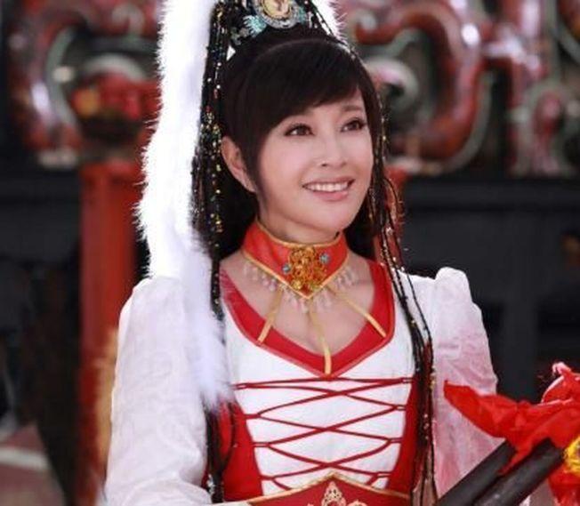 60多歲的劉曉慶不斷挑戰扮演18歲少女。(中新網)