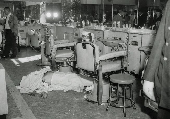 紐約黑手黨過去常在公開場合暗殺對手,圖為甘比諾家族於1957年在曼哈頓一家理髮廳殺害對手安納斯塔夏。(美聯社)