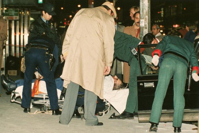 紐約黑手黨過去常在公開場合暗殺對手,圖為甘比諾家族頭目卡斯提蘭諾於1985年在曼哈頓一家牛排館外面遇伏斃命。(美聯社)