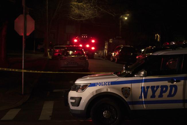 紐約黑手黨甘比諾家族頭目卡里在史泰登島自家門前被暗殺,圖為警方封鎖現場蒐證。(美聯社)