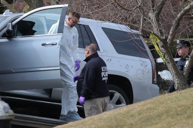 紐約黑手黨甘比諾家族頭目卡里在史泰登島自家門前被暗殺,圖為警方從現場一輛車上採取指紋後,把車運走。(路透)