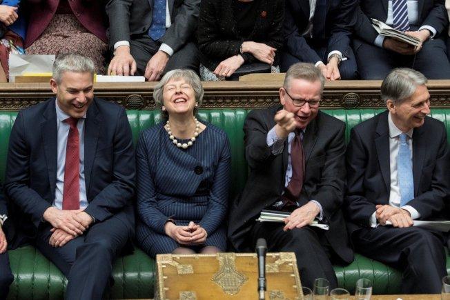 英國國會下議院以413票贊成與202票反對,壓倒性支持首相梅伊尋求歐盟同意推遲英國脫歐。路透