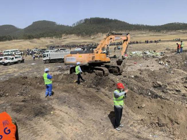 衣索比亞航空於10日發生客機墜毀意外,為了幫罹難者家屬找回逝者遺物,搜救人員都只能徒手在殘骸碎片的土地中「翻找」。 圖擷自/《新浪新聞》
