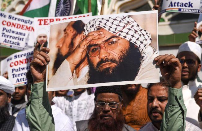 穆罕默德軍(JeM)首腦阿茲哈(Masood Azhar,圖中照片者)。 圖╱GettyImages