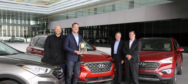(從左到右)北美現代汽車顧客滿足度副總裁Barry Ratzlaff、北美現代汽車品質與服務工程總監Omar Rivera、北美現代汽車首席營運官Brian Smith,以及J.D. Power 全球汽車資深總監Robert Mansfield一同慶祝現代汽車Santa Fe贏得J.D. Power 2019車輛可靠性研究的最可靠中型休旅車殊榮。