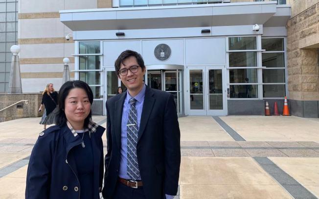 林萬榮案15日在馬州聯邦法院聽證,林萬榮未出席,董惠芳(左)帶著三個兒女出席。右為律師史戴諾。(記者張筠/攝影)