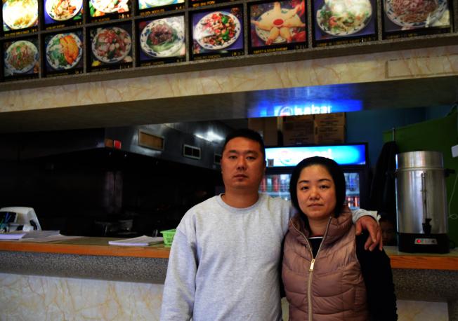 林萬榮(左)與董惠芳(右)在馬州經營一家中餐廳,並生養三個孩子。(ACLU提供)