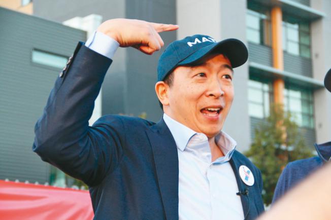 楊安澤出席造勢活動,戴著寫有「MATH」的帽子。(記者李晗/攝影)