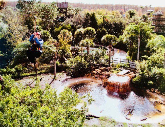 酷媽挑戰高空滑索 飛越130隻鱷魚
