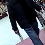 超市門口撿到錢包占為己有 亞裔男被通緝