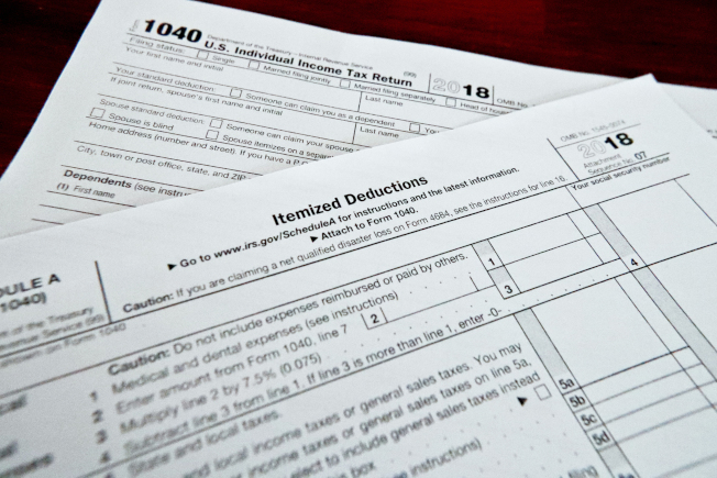 根據統計數字,美國人今年拿到的退稅少了,不滿情緒正在上升。圖為所得稅表。(美聯社)
