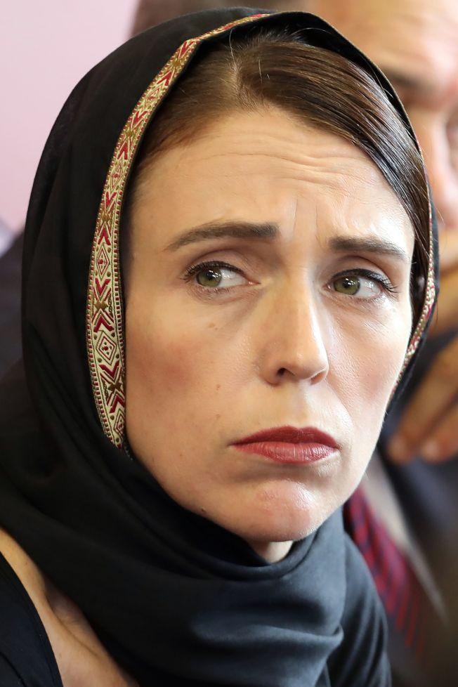 恐襲案發生後,紐西蘭總理阿爾登戴上頭巾,到基督城探訪難民中心的穆斯林。(Getty Images)