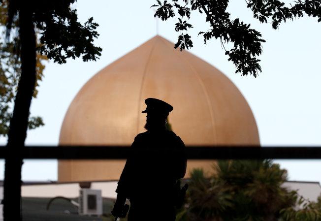 紐西蘭的清真寺恐襲案,被稱為紐西蘭「最黑暗的一天」。圖為警方封鎖努爾清真寺繼續調查。(路透)