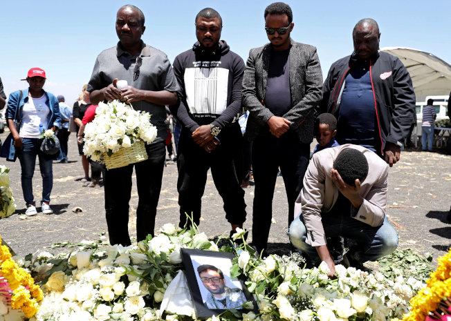衣索比亞航空ET302航班10日墜毀,16日是空難遇難者的「頭七」,圖為聯合國工作人員15日在失事現場獻花,為罹難同事默哀。(路透)