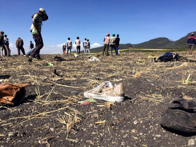 衣索比亞航空ET302航班10日墜毀,16日是空難遇難者的「頭七」,聯合國15日在紐約舉行敬獻花圈儀式,悼念在衣航墜機事故中遇難的聯合國工作人員,並為所有遇難者默哀。圖為衣航墜機失事現場一隻罹難者的布鞋。(路透)