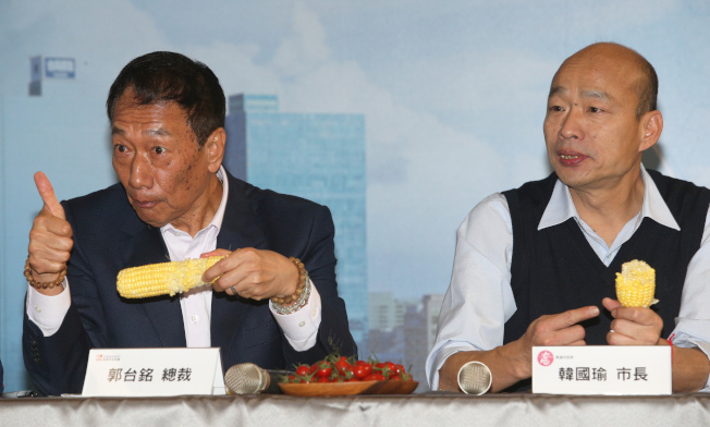 郭台銘向韓國瑜推薦永齡農場的玉米非常好吃,兩人不但當場生吃,郭還不時比出「讚」,畫面很率真 。記者劉學聖/攝影
