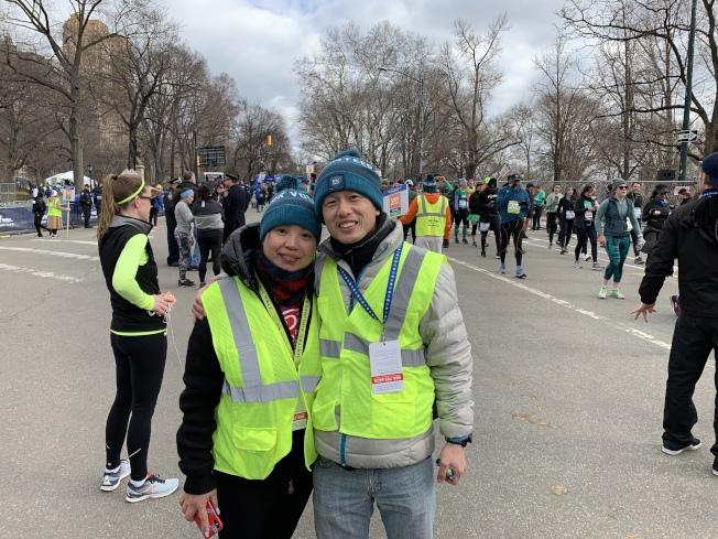 鄭凱(右)和陳敏(左)是志願者,也是跑步愛好者。(記者和釗宇/攝影)