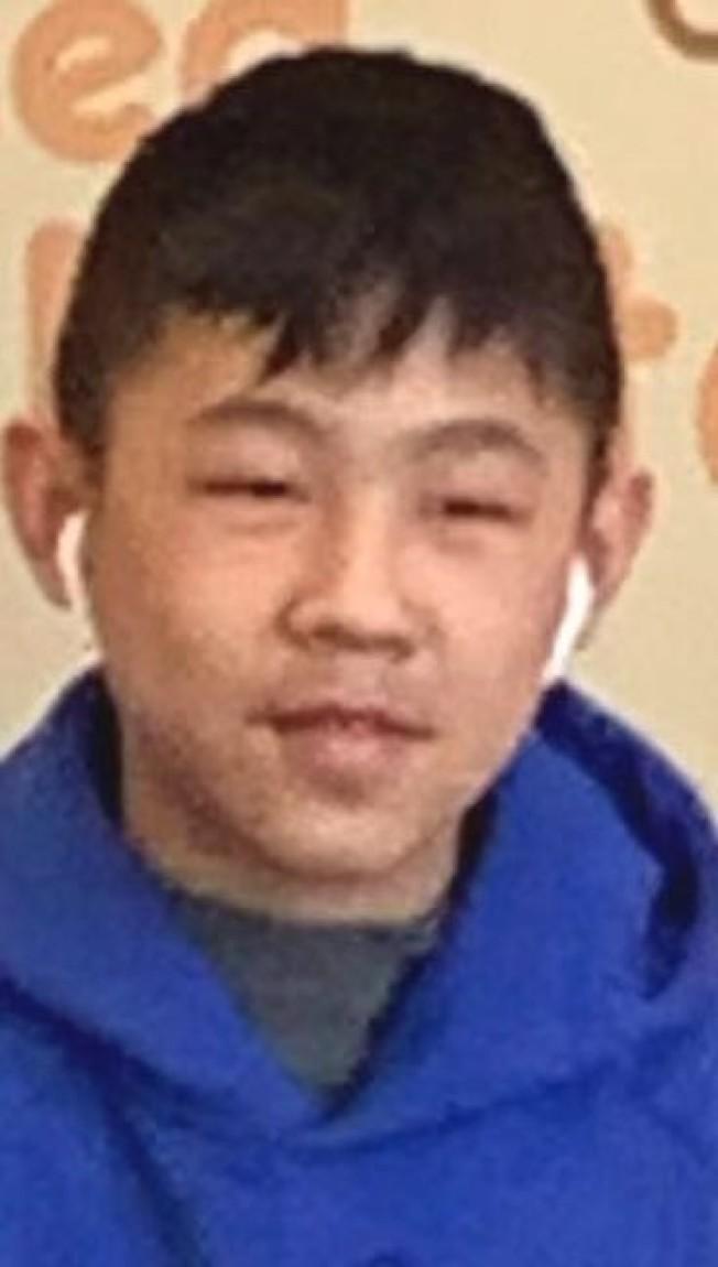 長島納蘇郡警察局(Nassau County Police Department)17日請民眾協尋兩名失蹤的13歲華裔男生,他們是雙胞胎兄弟,名為曾進宏(Jin Hong Zeng,姓名皆為音譯)和曾進鵬(Jin Peng Zeng),16日晚6時離開位於皇后區小頸北方大道249-11號的餐廳後即失去蹤影,家人17日凌晨3時報警。圖:警方提供。
