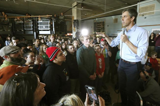 前德州國會議員歐洛克宣布參選後,所到之處,帶動旋風。圖為歐洛克17日在威斯康新州拜票。(美聯社)