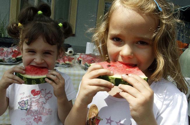 專家建議應讓孩子吃天然水果,而非喝果汁。(Getty Images)