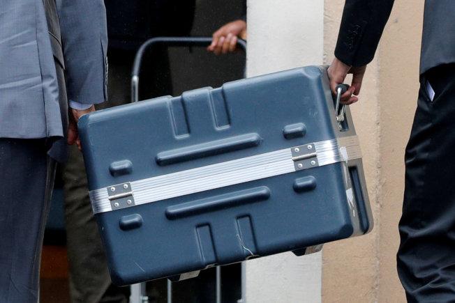 """衣航空难调查人员日前将失事航机上的座舱语音纪录器和飞航资料纪录器(俗称黑盒子""""),送到巴黎分析处理。(路透)"""