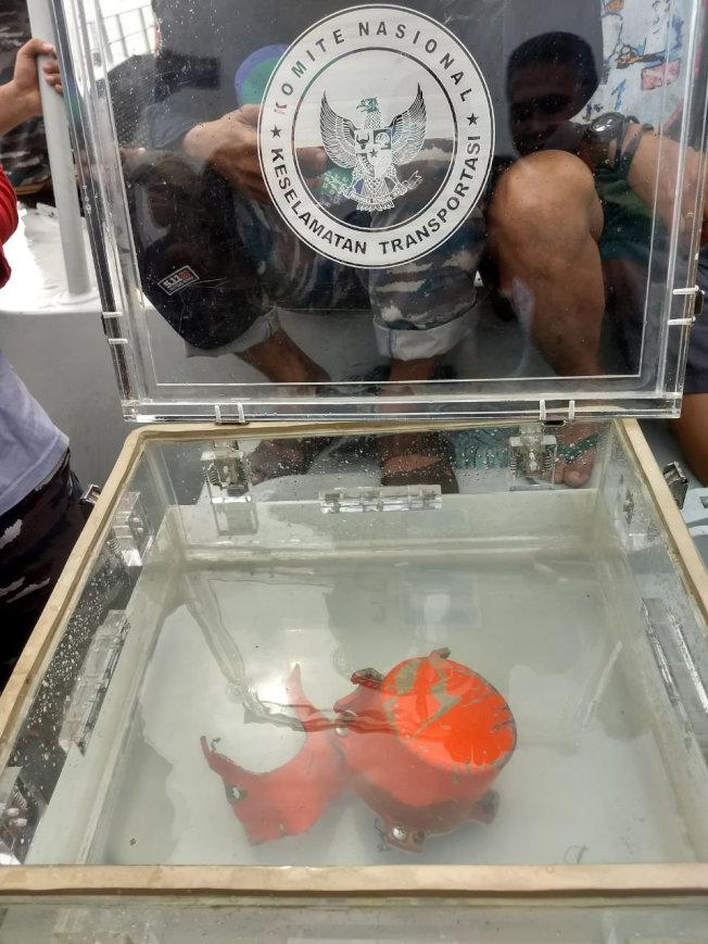 圖中是從海中打撈起來的去年10月印尼獅航失事班上的座艙語音紀錄器。(路透)
