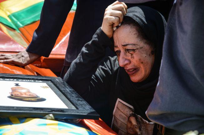 衣航失事罹難乘客的家屬17日為死難親人在衣國首都舉行聯合喪禮,泣不成聲。(Getty Images)