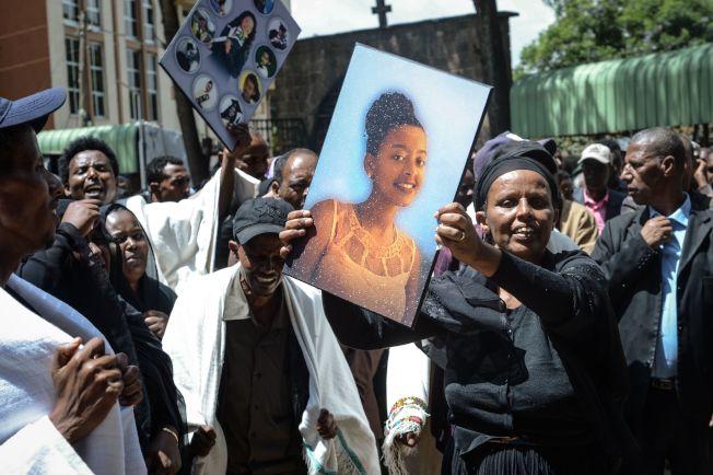 在衣航空難中罹難的衣國乘客17日大部分落土安葬,在首都阿迪斯阿貝巴舉行聯合喪禮,家人親友依依不捨,仍無法接受殘酷現實。(Getty Images)