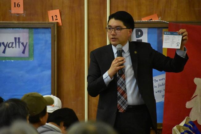 舊金山緊急管理局林偉浩向500名華裔住客講解正確撥打911及求助方式。(記者李秀蘭/攝影)