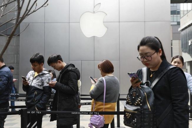 亞馬遜和蘋果的表現優異,股市走高,但受波音和臉書的賣壓影響,漲幅受限。(美聯社)