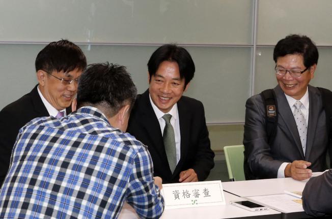 賴清德(中)18日在台北的民進黨中央黨部登記參加總統初選,在完成登記後,賴清德開心地跟工作人員握手致意。(記者鄭超文╱攝影)