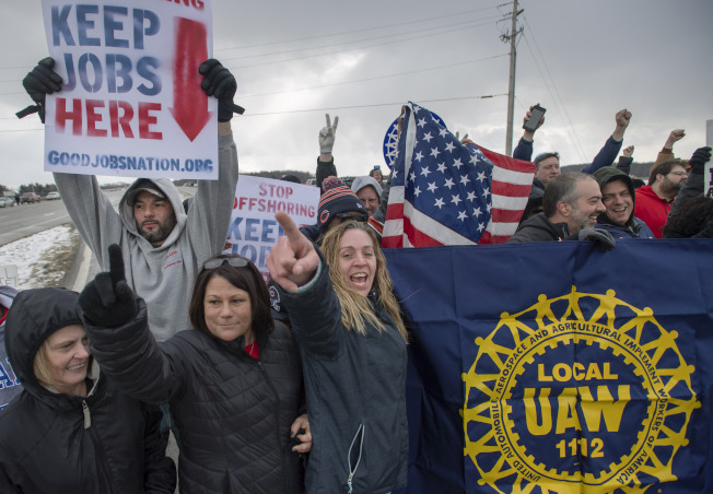 本月6日是通用汽車在俄州Lordstown車廠營運的最後一天,被解雇的汽車工人在廠外示威,抗議關廠。(美聯社)