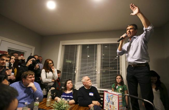 前德州國會眾議員歐洛克宣布參選後,所到之處造成旋風。圖為歐洛克17日在威斯康辛州拜票。(美聯社)