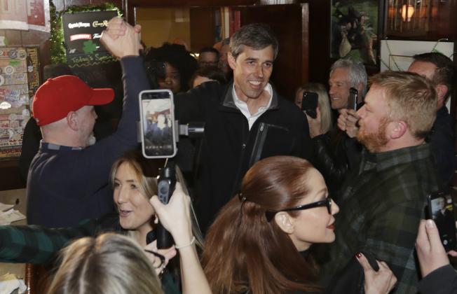 前德州國會議員歐洛克宣布參選後24小時內,募款超過600萬元,居各參選人之冠。圖為歐洛克18日在克里夫蘭市拜票。(美聯社)