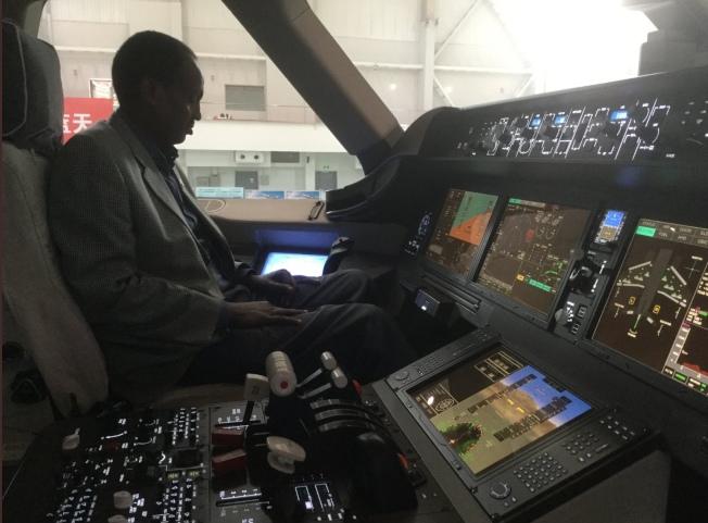 衣索比亞駐北京大使托加(Teshome Toga)在推特上發布他前往中國商飛參觀的相片,引發揣測。圖為托加在CR929模擬駕駛艙內的相片。(取自Teshome Toga的推特)