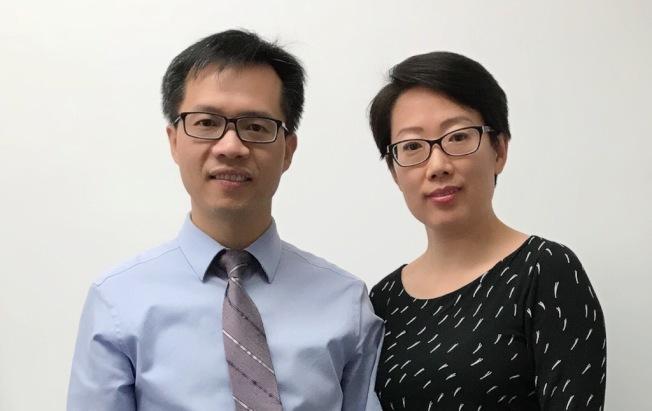朱自強醫學博士(左) 劉偉醫學博士(右)於法拉盛提供全方位的內科及家庭醫生診療服務,無保險者優惠診治。