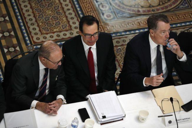 賴海哲(右)、米努勤(中)將在3月25日當周訪問北京。美聯社