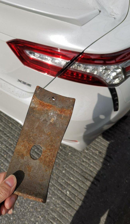 7號線高架鐵軌上掉落的金屬碎片,砸到華裔男子的汽車。(取自推特)