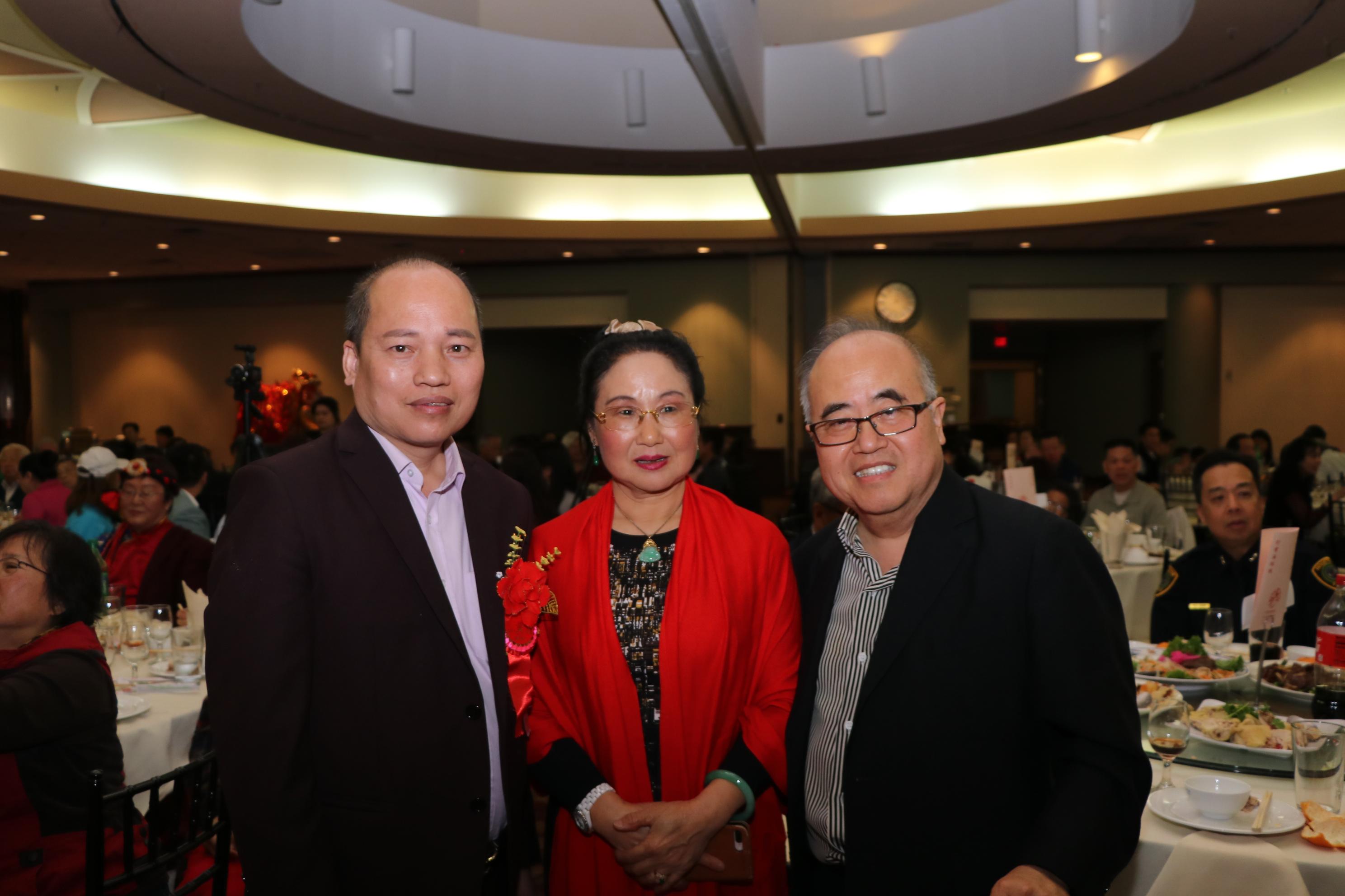 西南管理區區長李雄(右)與畫家李曼合影。