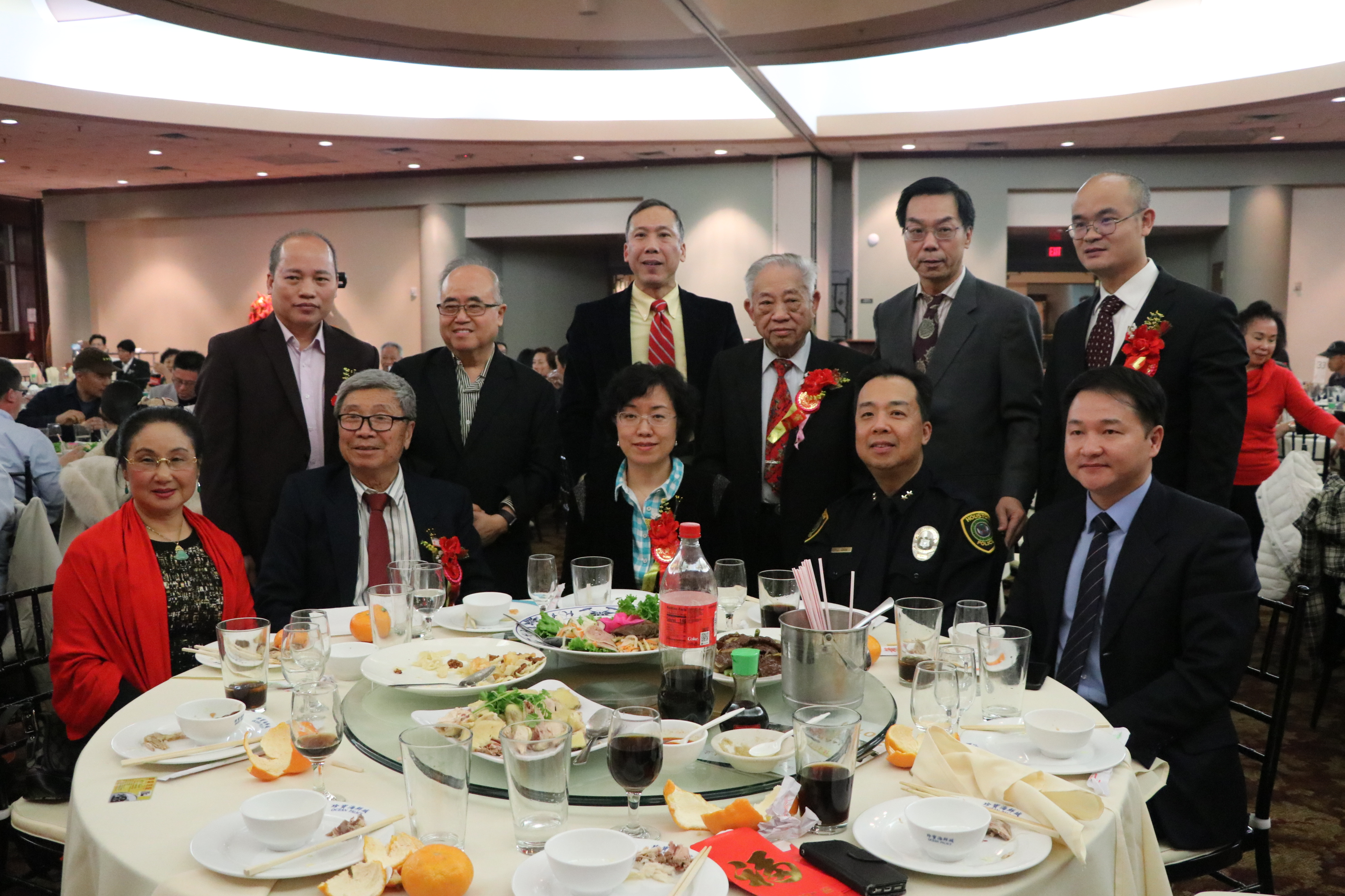 大會主席黃孔威(前排左二)與到場祝賀的貴賓合影。