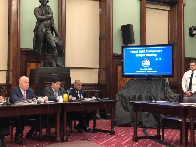 市警總局長歐尼爾(左一)在市議會新財年預算公聽會上作證。(記者洪群超/攝影)