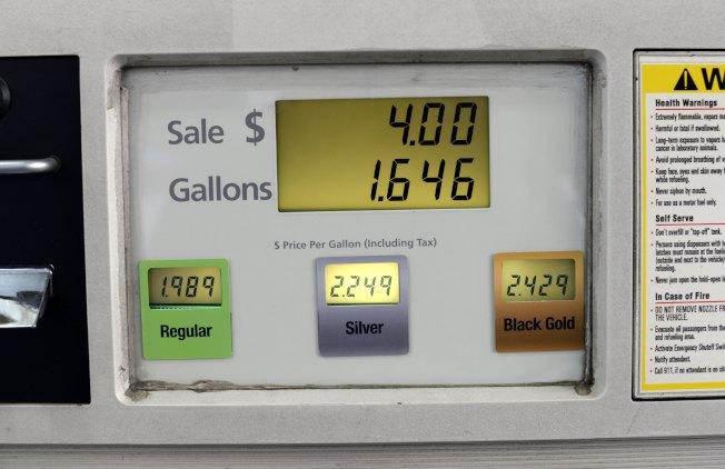 財務監督機構公民預算委員會19日在一份報告中說,紐約應當擺脫對汽油稅的依賴,考慮按哩數向駕駛人收取附加費,用來資助公路和橋樑的維修費用。(Getty Images)